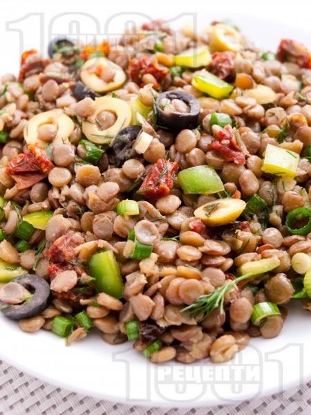 Салата с леща, маслини и сушени домати - снимка на рецептата